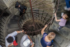 Туристы взбираются винтовая лестница к колоннаде St Isaa Стоковые Изображения RF