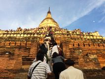 Туристы взбираются известная пагода Pyathadar Hpaya на Bagan для захода солнца, Мьянме около Мандалая Стоковые Изображения RF