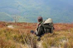Туристы взбираются к верхней части горы Runa в Карпатах Стоковое Фото