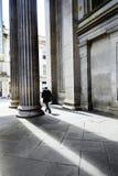 Туристы вне галереи современного искусства, Глазго, Шотландии, 01 08 2017 Стоковые Фотографии RF