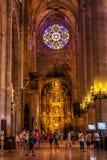 Туристы внутри собора Santa Maria Palma, также известной как Ла Seu стоковое изображение rf