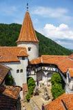 Туристы восхищают замок отрубей также знают как замок Дракула около Brasov, Румынии Стоковые Фото