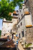 Туристы восхищают замок отрубей также знают как замок Дракула около Brasov, Румынии Стоковая Фотография RF