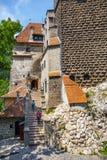 Туристы восхищают замок отрубей также знают как замок Дракула около Brasov, Румынии Стоковое Изображение