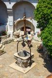 Туристы восхищают замок отрубей также знают как замок Дракула около Brasov, Румынии Стоковое Фото