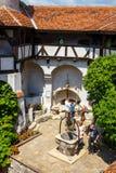 Туристы восхищают замок отрубей также знают как замок Дракула около Brasov, Румынии Стоковые Изображения RF