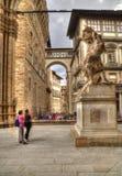 Туристы восхищают статую в Флоренсе, Италии Стоковая Фотография RF