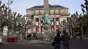 Туристы восхищая статую маршала Leclerc акции видеоматериалы