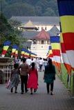 Туристы входят буддийский висок зуба стоковое фото rf