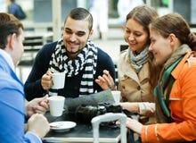 Туристы выпивая кофе на кафе и читая карту города Стоковое Изображение RF