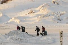 Туристы выходя из аэропорта Бодо, Норвегии стоковые фотографии rf