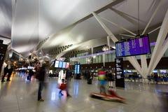 Туристы в авиапорте Стоковые Изображения