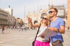 Туристы в Венеции ища направления стоковое фото rf