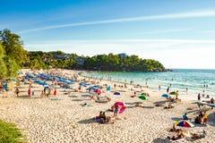 Туристы в вечере на Kata приставают - один к берегу из самых лучших пляжей острова Пхукета Стоковое Изображение RF