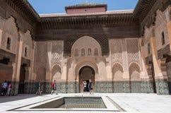 Туристы в внутреннем дворе Medersa Бен Youssef, Marrakech стоковые изображения