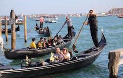 Туристы в гондолах в Венеции, Италии стоковое фото