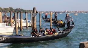Туристы в гондолах в Венеции, Италии стоковые фотографии rf