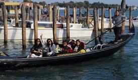 Туристы в гондолах в Венеции, Италии стоковая фотография