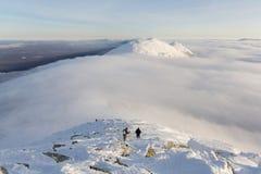 Туристы в горах идя вдоль гребня Стоковые Фотографии RF