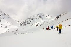 Туристы в горах снега Стоковые Фотографии RF