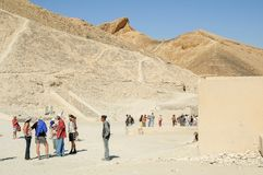 Туристы в долине королей около Луксора Египет Стоковые Изображения
