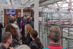 Туристы в ждать очереди для посещения глаза Лондона, Лондона Englan стоковые фото
