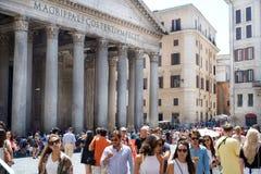Туристы в квадрате перед пантеоном, Римом, Италией стоковые изображения rf