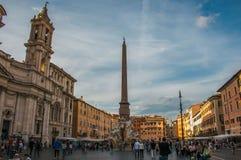 Туристы в красивой площади аркады Navona в Риме Стоковая Фотография