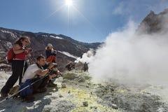 Туристы в кратере активного вулкана Mutnovsky на Камчатке Стоковая Фотография
