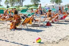 Туристы в Марине Bellaria Igea курортного города, Римини, Италии стоковое изображение rf