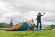 Туристы в настоящее время в располагаясь лагерем области Стоковая Фотография RF