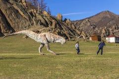 Туристы в долине национального парка Gorkhi-Terelj динозавров, Стоковая Фотография RF