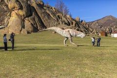Туристы в долине национального парка Gorkhi-Terelj динозавров, Стоковая Фотография