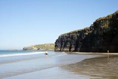 Туристы в пляже и скалах ballybunion стоковые изображения rf