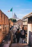Туристы в Риме навещая Святой Angelo рокируют в Риме, Стоковая Фотография