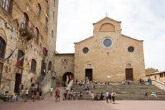 Туристы в тосканской деревне San Gimignano, Италии Стоковое Фото