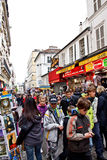 Туристы в улице Montmartre, Париж, Франции Стоковая Фотография RF