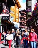 Туристы в улице в Zermatt, Швейцарии стоковые фото