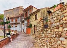 Туристы в уютной улице деревни Savoca стоковое изображение