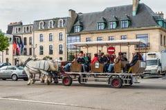 Туристы в экипаже нарисованном лошадью в Cherbourg, Франции Стоковые Фотографии RF