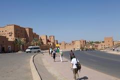 Туристы в Ouarzazate, Марокко Стоковое фото RF