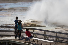 Туристы в yellowstone Стоковые Изображения