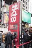 Туристы готовя кассовый сбор билета в театр скидки TKTS подписывают вну стоковое фото rf