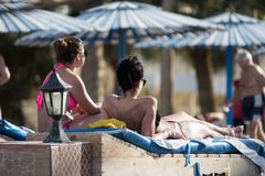 Туристы греют на солнце на пляже в Hurghada в Египте Стоковые Фото