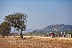 Туристы двигают на руководителя дороги к визированиям Hampi, Стоковая Фотография