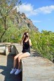 Туристы девушки фотографируя на предпосылке Karadag Стоковые Фотографии RF