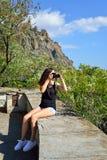 Туристы девушки фотографируя на предпосылке Karadag Стоковая Фотография RF