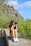 Туристы девушки фотографируя на предпосылке Karadag Стоковое фото RF