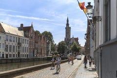Туристы ехать велосипеды на улицах Брюгге, Фландрии в Бельгии Стоковое Изображение