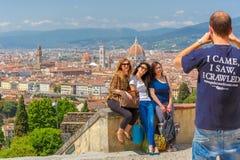 Туристы делая фото в Флоренсе, Италии Стоковые Фотографии RF
